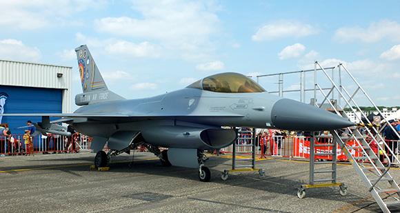 F16 au sol en démonstration